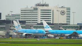 Schleppen Flugzeug KLMs Boeing 777 stock video