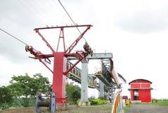 Schleppen mit tragendem Seil u. Aufrichtungskontrollturm der Luftdrahtseilbahn stockbilder