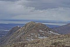Schleppen Sie auf einem Berg mit Ansicht des Kochs Inlet Alaska Stockbild