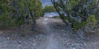Schleppen Sie das Führen zu einen hölzernen Weg in Eagle Mountain lizenzfreie stockfotografie