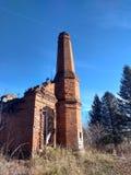 Schleppen Sie die Fläche im klaren Himmel über den Ruinen lizenzfreie stockfotografie