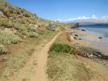 Schleppen Sie entlang der wilden Küste der Seebucht Stockfotografie