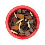 Schleppen Sie Mischung mit Nüssen und Trockenfrüchten in der roten Schüssel Stockfotografie
