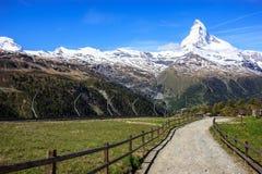 Schleppen Sie mit Ansicht von Matterhorn-Spitze im Sommer an Sunnega-Station, Rothorn-Paradies, Zermatt, die Schweiz Stockfotografie