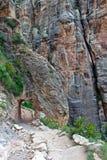 Schleppen Sie mit dem Tunnel, der in Felsen in Grand Canyon ausgehöhlt wird lizenzfreies stockbild