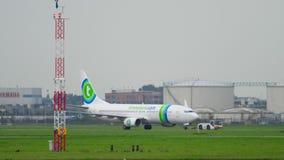 Schleppen Transavia Boeing 737 von der Service-Kontrolle stock video footage