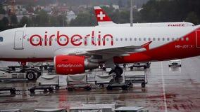 Schleppenflugzeuge am Flughafen stock footage