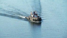 Schlepper auf Flusswellen stock footage