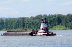 Schlepper-Boot, das einen schweren Lastkahn drückt Lizenzfreies Stockbild