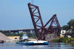 Schlepper-Boot an der Eisenbahn-Brücke Lizenzfreies Stockfoto
