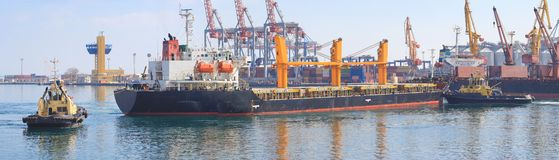 Schlepper, der das Frachtschiff manövriert in den Hafen von Odessa, Ukraine unterstützt lizenzfreie stockbilder