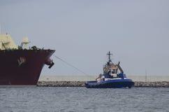 Schlepper, der den Tanker schleppt Lizenzfreies Stockbild