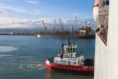 Schlepper, der ein Kreuzfahrtschiff drückt stockfotos
