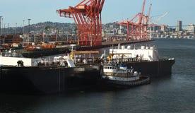 Schlepper, der ein Schiff in ein Dock drückt Lizenzfreie Stockfotos