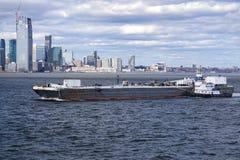 Schlepper, der einen Lastkahn New- Yorkhafen eindrückt stockfotos