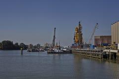 Schlepper im Hafenkai Stockfoto