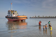 Schlepper lief gestrandet, die Seeleute ging an Land, Bandar Abbas, der Iran stockfoto