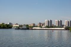 Schlepper mit einem Lastkahn kommt in Flusshafen stockfotografie