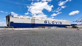 Schlepper schubsen Frachtschiff GLOVIS auf Hafen von Burgas lizenzfreie stockfotografie