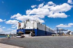 Schlepper schubsen Frachtschiff GLOVIS auf Hafen von Burgas stockbilder