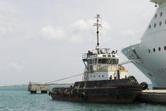 Schlepper und Kreuzschiff stockfoto