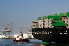 Schlepper und Rückseite des Containerschiffs