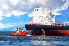 Schlepper und Schiff lizenzfreies stockbild
