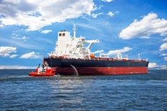 Schlepper und Schiff stockbild