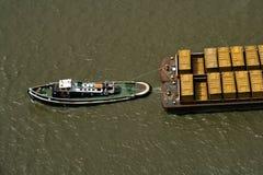 Schlepperboot, das Abfallbehälter zieht Lizenzfreies Stockbild