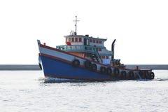 Schlepperboot, das in Flussweißhintergrund läuft Stockbild