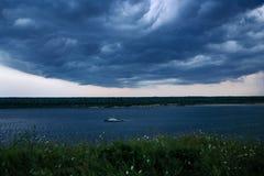 Schlepperboot, das vorbei bei verärgertem Wetter geht Stockbilder