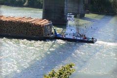 Schlepperboot unter Brücke Stockbilder