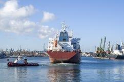 Schlepperboots-Schleppencontainerschiff im Hafen Lizenzfreie Stockfotografie