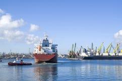Schlepperboots-Schleppencontainerschiff im Hafen Stockbilder