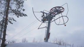 Schlepplift, der Skiaufzug, Mechanismus verdrehend hebt herum an Seilschleppseil an einem Skiort Mechanismusjoch 4K stock video footage