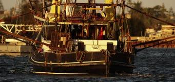 Schleppnetzfischer, der heraus zum Meer vorangeht stock footage