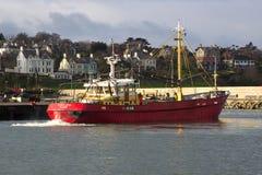 Schleppnetzfischer, der zu seinem Liegeplatz in einem Hafen in Irland nimmt Schutz während eines Sturms im Irischen See kommt Lizenzfreie Stockfotos