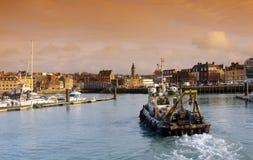Schleppnetzfischer im Dieppe Hafen Lizenzfreie Stockfotos
