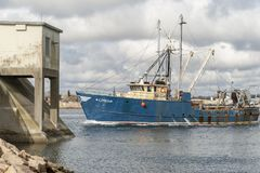Schleppnetzfischer Linda an der Hurrikansperre Lizenzfreie Stockfotografie