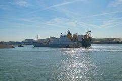 Schleppseil des großen Schiffs in den Hafen am sonnigen Tag stockbild