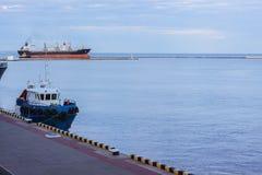Schleppseilboot und bulck Schiff Stockfotos