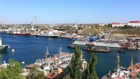 Schleppseilkran mit zwei Schiffen auf Seegolf stock video footage