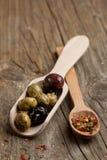 Schleppseillöffel mit Oliven und Gewürzen Stockfotos