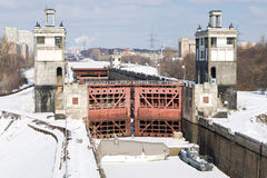 Schleusentoren auf dem Moskau-Kanal Stockfotos