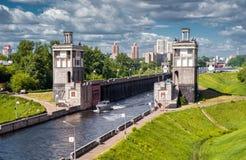 Schleusentoren auf dem Moskau-Kanal Lizenzfreie Stockfotos