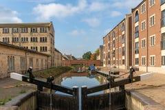 Schleusentoren auf dem wieder hergestellten Stroudwater-Kanal und ölt Mills Bridge-Betrieb durch Ebley-Mühlen, Stroud lizenzfreie stockfotos
