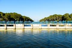 Schleusentoren auf Fluss Lizenzfreie Stockbilder