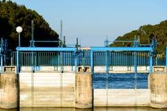 Schleusentoren auf Fluss Lizenzfreies Stockbild
