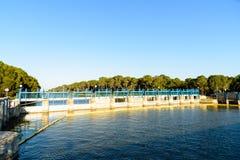Schleusentoren auf Fluss Stockfoto