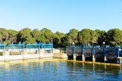 Schleusentoren auf Fluss Lizenzfreies Stockfoto